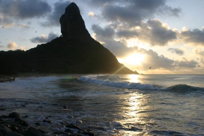 Pôr do Sol na Praia da Conceição em Fernando de Noronha. Foto por Ana Holske Marmo